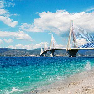 spiaggia di patrasso con mare e ponte
