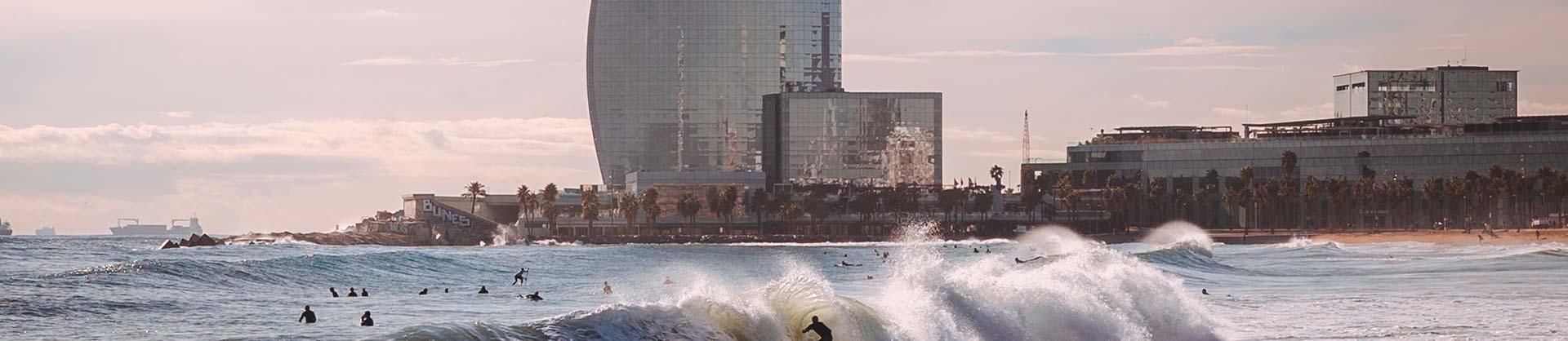 spiaggia di barcellona con onde e surfisti