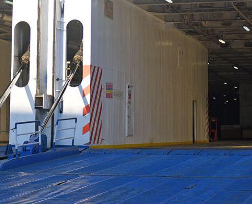 rampa della nave aperta per l'imbarco
