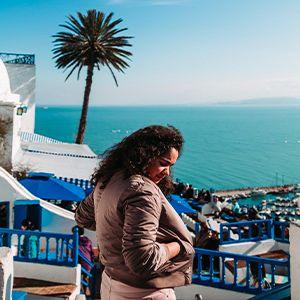 ragazza che guarda panorama del mare di tunisi