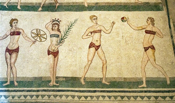 dettaglio del mosaico con ragazze in bikini