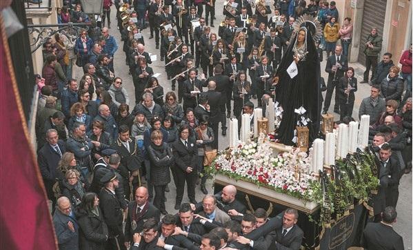 foto di una processione con un carro di una Madonna