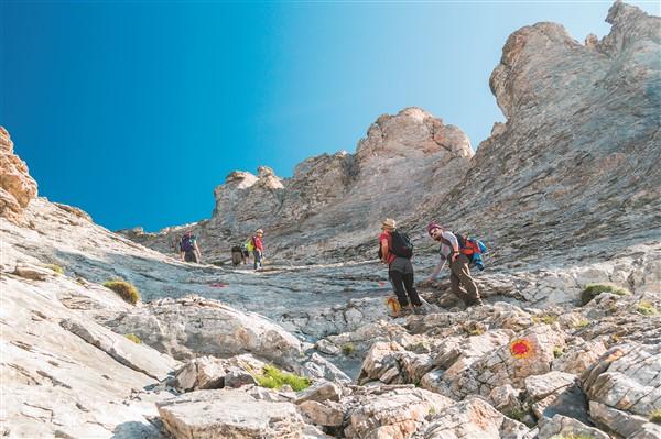 Gruppo di persone mentre scalano una montagna