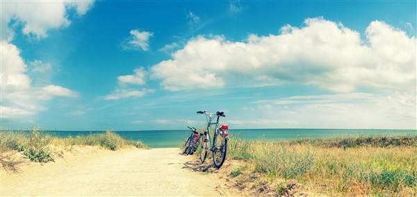 bici su un sentiro con sfondo mare