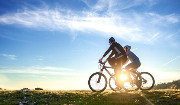 due persone in bici in sardegna