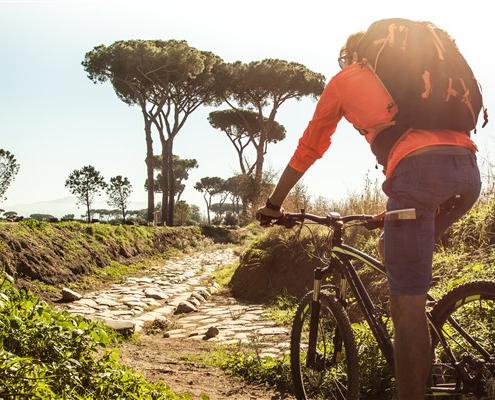 ragazzo in bici in sentiero in sardegna