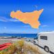 camper sulla spiaggia in sicilia