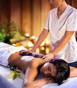 donna che si sottopone a un massaggio termale
